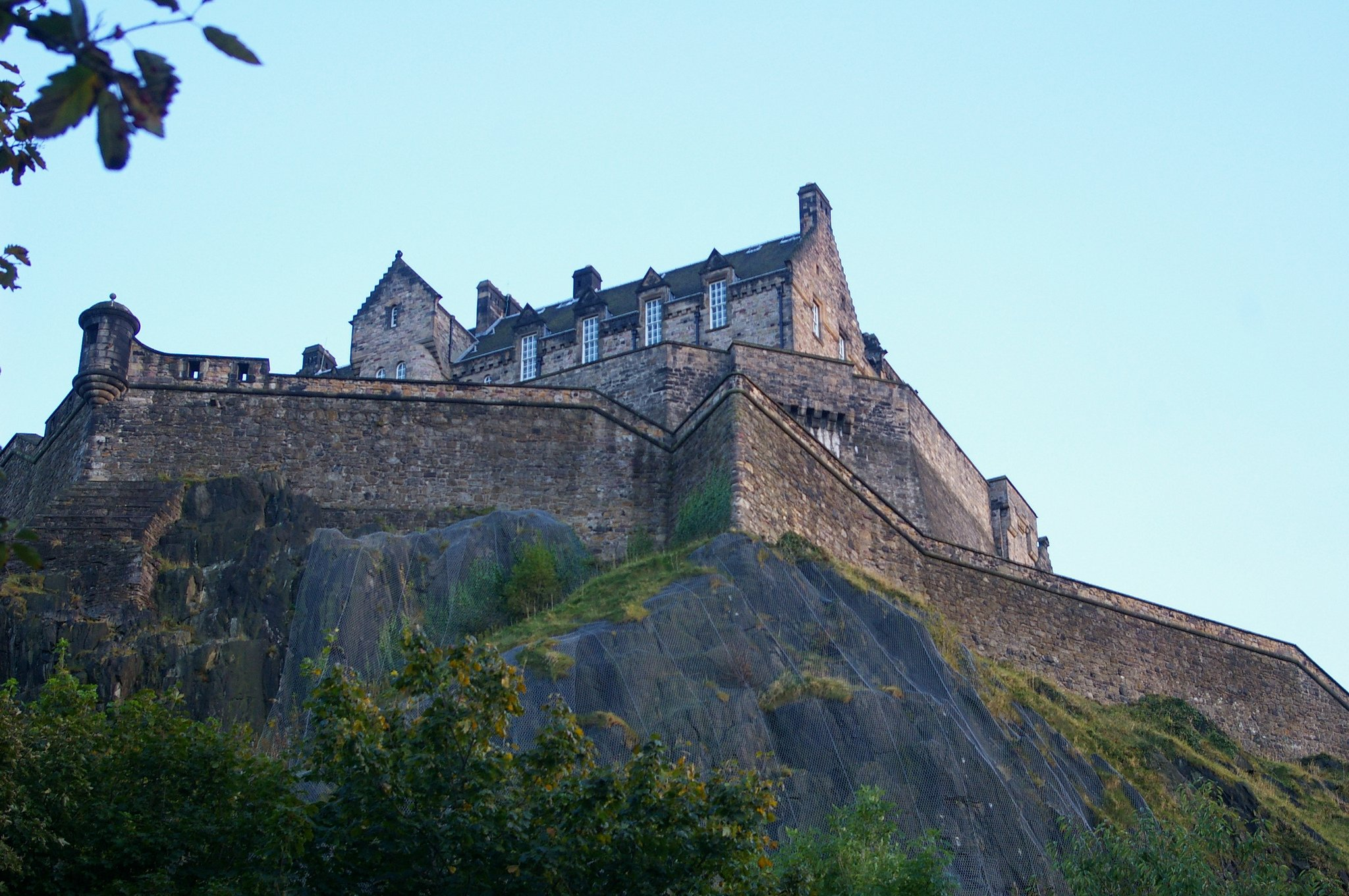 Edinburgh Castle seen from Princes Street Gardens by: Hec Tate (CC)