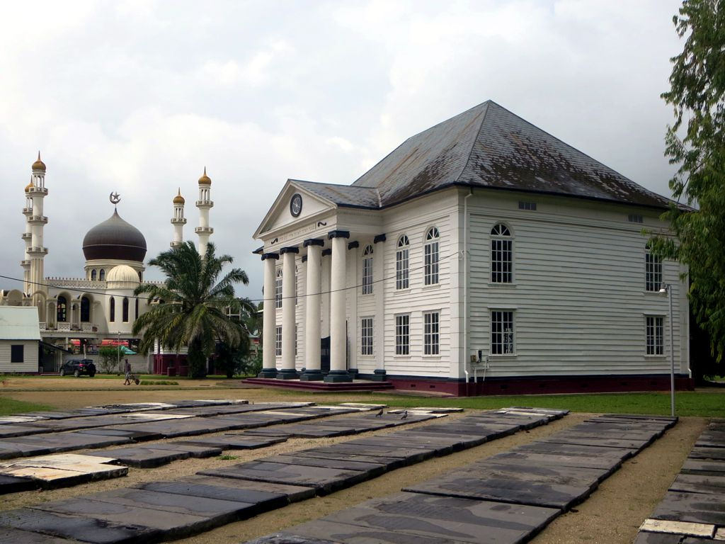 Neveh Shalom Synagogue (1835) and the Ahmadiyya Jama Mosque by David Stanley (CC)