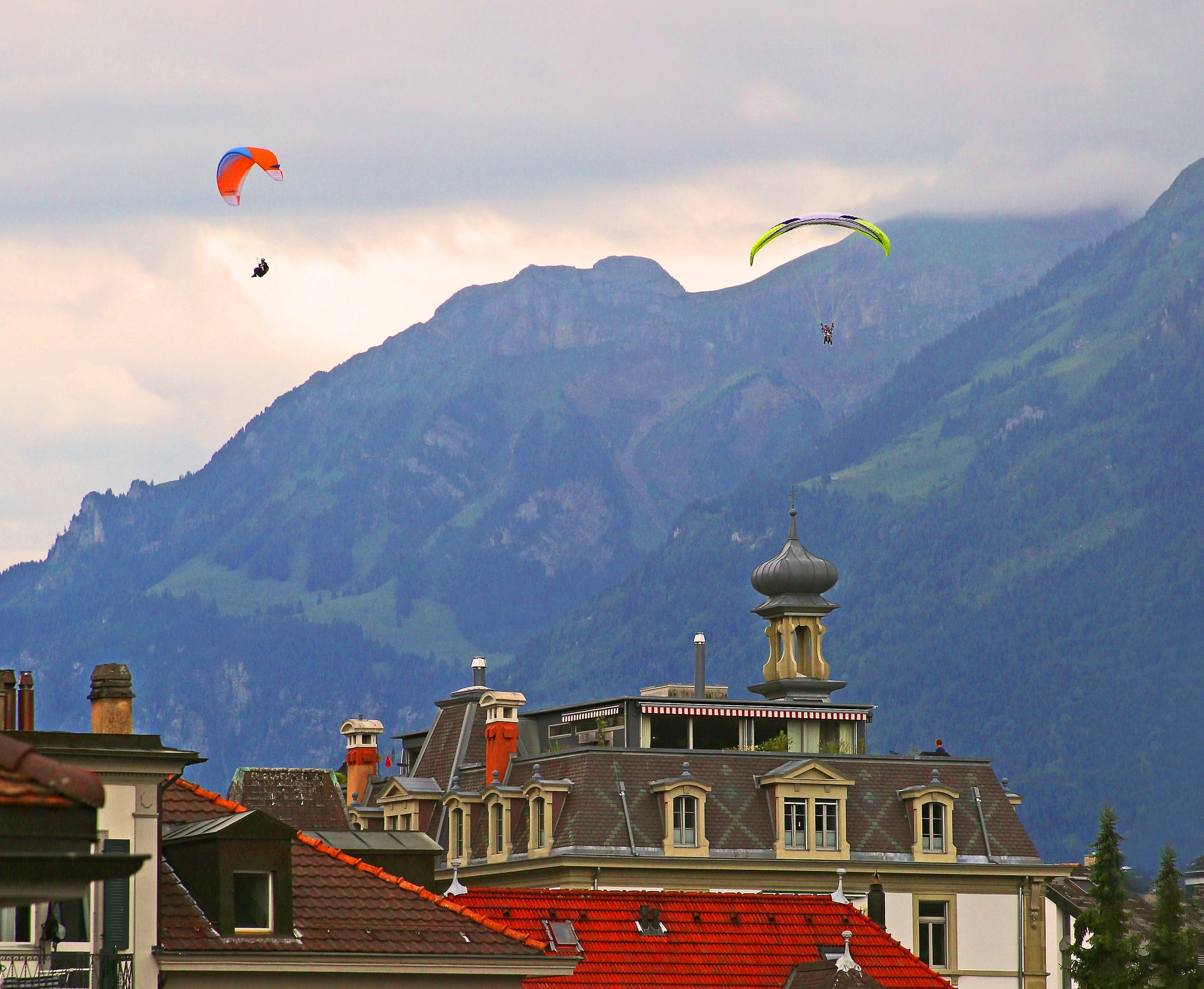 Paragliding Switzerland by: Rennett Stowe (CC)
